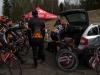 Ennen starttia pidettiin yhteinen palaveri seuran teltalla ja huoltoautolla. Kuva: Jari Ollila