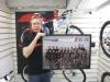 Teamin yhteistyö Focus-pyöriä maahantuovan Bikeboard Center Oy:n kanssa jatkuu tulevana kautena jo viidettä vuotta. Yhteistyö on ollut molemmille osapuolille antoisaa. Jari Luostarinen vastaanotti tyytyväisenä teamin valokuvataulun 13.12.2011.