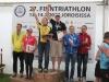 Joroisilla ratkaistiin triathlonin puolikkaiden matkojen Suomen mestaruudet. Matkana oli 1,9 km uintia, 90 km pyöräilyä ja vielä 21,1 km juoksua. Teamimme triathlon-naiset olivat taas odotetun vahvoja. Merja Kiviranta nappasi tällä kertaa mestaruuden ja Kaisa Lehtonen hopeamitalin. Pari viikkoa sitten sprinttimatkalla järjestys oli toisin päin. Kuva otettu palkintojenjaosta, jossa on samalla palkittuna sekä naisten että miesten kärki. Lämpimät onnittelut hienoista suorituksista!