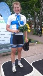 Lotta Lepistö voitti tänään 27.6. Vantaalla jo neljännen naisten maantieajon Suomen mestaruutensa. Hän on ensimmäinen naispyöräilijä, joka on kautta aikojen kyennyt nappaamaan neljä peräkkäistä maantieajo mestaruutta. Tällä kertaa mestaruus tuli IK-32:n riveissä. Naisten maantieajon SM ykköspallilla on viimeksi nähty iikoolainen vuonna 2000, kun Sirpa Kouko voitti Turussa. Koko joukkue teki tänään hienosti töitä yhteisen päämäärän eteen. Kilpailun toiseksi sijoittui Kauhajoen Karhujen Laura Vainionpää ja kolmanneksi TVC:n Pia Pensaari ennen niukasti neljänneksi jäänyttä Rosa Törmästä.