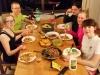 Ja taas syödään... Cessi yllätti kaikki ja päivien pastakuurin jälkeen kokkasi erinomaista pataa meksikolaiseen tyyliin. Leidien mukana päivällisellä Juho Hänninen.