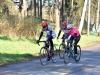 Heli ja Cessi vahtimassa kilpailun johtajaa.