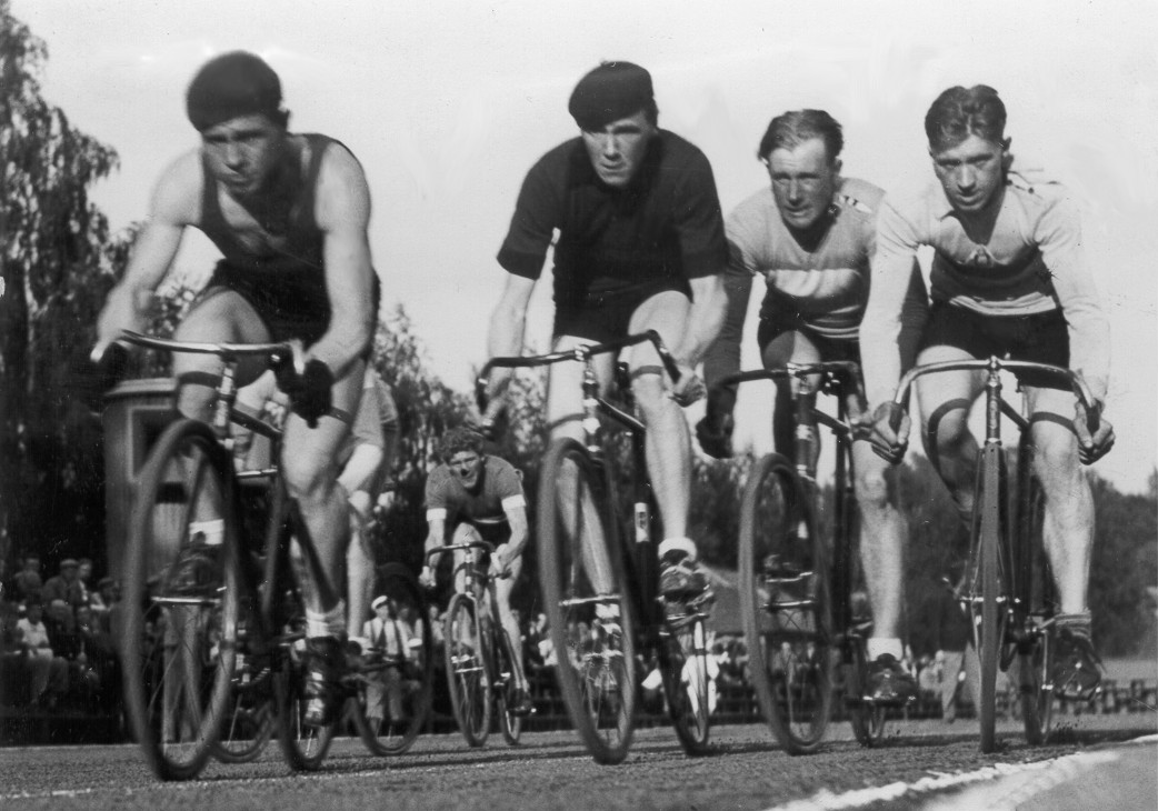 Pyöräilyliiton mestaruuskisat Eläintarhan kentällä. 4 km:n finaalissa kärjessä Thor Porko (vas.) ja Nils Berghom. (HbI 15.7.1934)
