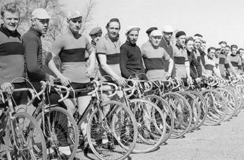 Seuran pyöräilijät ovat 30.4. kokoontuneet yhteiskuvaan.