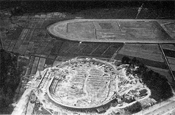 Helsingin velodromin rakennustyöt olivat keväällä 1939 edenneet jo pitkälle. Taustalla Käpylän ravirataa.