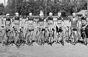 Seuran pyöräilijät ovat kokoontuneet Paul Backmanin (oik.) johdolla Eläintarhan kentälle ennen Tammisaaren ajoja.