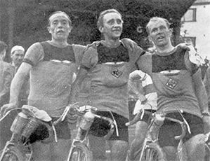 Erik Koivisto, Paul Bacman ja Ville Lätti voitettuaan suomenmestaruuden Tampereella 4.8. 150 km:n matkalla ajalla 13:54:48,7.