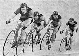 Ratapyöräilyn SM ja 4 km:n joukkueajo. Kultaa toivat seuralle Jorma Achrén (vas.), Aarre Vahtera, Paul Backman ja Viljo Pyykkönen.