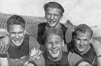 Iloiset SM-ratajoukkueajon mestarit, Sivenin veljekset, Malmberg ja Vahtera.