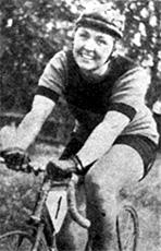 Kolmannen SM-kultansa Anneli Peränne ajoi Hämeenlinnan urheilukentän hiilimurskalla, jolla ratkaistiin naisten
