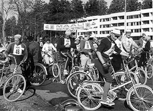 Seura järjesti myös harrastepyöräilytapahtumia. Ensimmäinen kuntotapahtuma Kauniaisissa oli 50 km pituinen Veikkolan kierros. Etualalla Erik Pihkala.