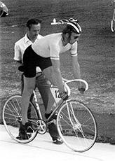 Risto Holmsten lähdössä 1 km aika-ajoon Helsingin velodromilla, josta kotiinviemisinä oli SM-pronssia.