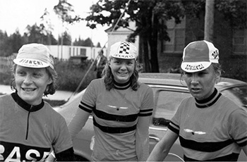 Naisten 50 km:n SM-mestarijoukkue Hyvinkäällä, luistelijana paremmin tunnettu Virve Mäkelä (kesk.) sekä Kirsti (vas.) ja Pirjo Pyykkönen.