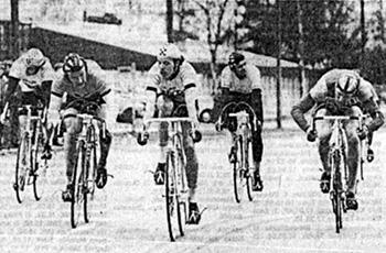 Pyörä-68:n 10-vuotisjuhla-ajot uudella kortteliradalla. Pääsarjan voitti Hyvinkään Pontevan Jarmo Sorsa (keskellä), kakkoseksi kirii IK-32:n Keijo Savolainen (oik.). Voittajan takana IK-32:n Matti Sivonen.
