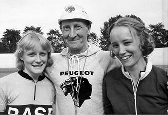 Ylpeä isä Ville Pyykkönen tyttäriensä Kirstin (vas) ja Pian kanssa.