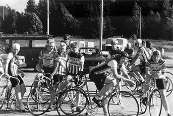 SVUL:n Helsingin Piirin mestaruuskilpailu joukkueajossa, lähtöpaikkana Jokivarren Esso. Osa pyöräilijöistä ei vaivautunut kiinnittämään CRC-sponsorilogoja ja näin sopimus jäi yksivuotiseksi.