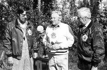 Seurallemme luovutettiin SFI-viiri, kuvassa Björn Palm (vas.), Anders Pihlflyckt ja Raimo Hyväri.