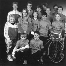 Vuoden junioritiimikuva. Espoontorin Aave-foto lähti tukemaan seuran junioritoimintaa ja kaikki juniorit saivat harjoituspaidat (kisat toki ajettiin oransseissa paidoissa).