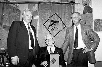 Anders Pihlflyckt (vas.), Birger Ostrow ja Curt Åhl seuran 60-vuotisjuhlissa. Ostrowin käsissä hänen muistiinpanonsa seuran historiasta.