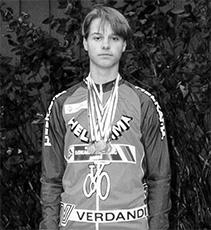 Oscar Stenström keräsi ison pinon SM-mitaleita kesän aikana ajaen maantiellä, radalla ja maastossa.