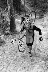 Pasi Ahlroos nappaa ensimmäisen suomenmestaruutensa. Cyclocross-kilpailu järjestettiin Veikkolassa.