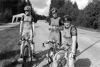 Sirpa Kouko, Katja Pakarinen ja Marina Rantanen polkivat naisten joukkueajon suomenmestareiksi Järvenpäässä.