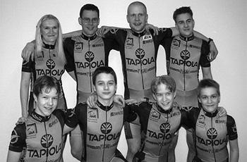 1999 likoolainen team. Sirpa Kouko (vas. takana), Juha Aintila, Pasi Ahlroos, Jouni Saarikko, Mika Kannisto (vas. edessä), Matti Penttinen, Antti Kosonen ja Aleksi Hoffman.