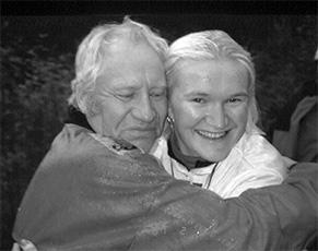 Seuran puheenjohtaja Anders Pihlflyckt onnittelee Sirpa Koukoa maantieajon suomenmestaruudesta.
