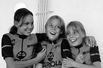 Pyöräilystä iloitsevat Mariko Sero (vas.), Laura Lilja ja Bianca Sero.