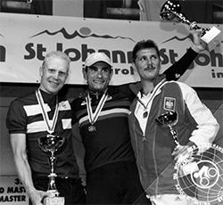 Maailmanmestaruuskilpailuissa Pasi Ahlroos polki hopealle. Mitali oli maamme ensimmäinen MM-mitali aika-ajossa kaikki luokat huomioiden.