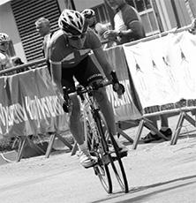 Riikka Pynnönen ajamassa soolona Euroopan mestariksi N30-luokan maantieajossa. Riikka saavutti myös EM-pronssia saman luokan aika-ajossa. Kilpailut käytiin Tsekeissä.
